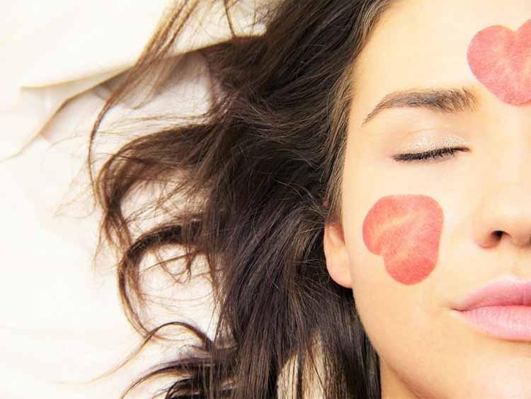cara mujer joven con petalos
